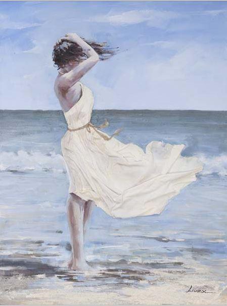 Mujer en la playa con viento